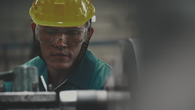industrial worker working - occupazione industriale video stock e b–roll