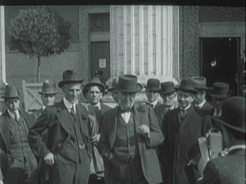 industrialist henry ford posing with inventor thomas alva edison and naturalist luther burbank - anno 1925 video stock e b–roll