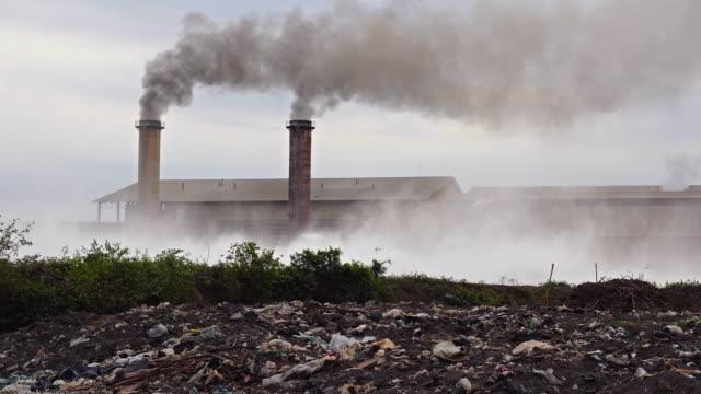 Industrie und Umweltverschmutzung Konzept, 4 K Aufnahmen von Schornstein Fabrik auf dem Lande am Abend Zeit