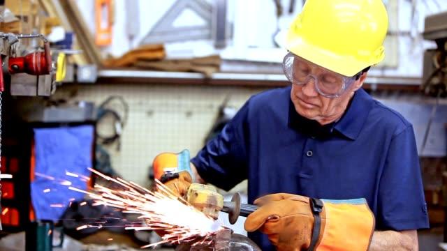vídeos y material grabado en eventos de stock de industria: hombre en taller de uso de casco y guantes.  las chispas. - operar