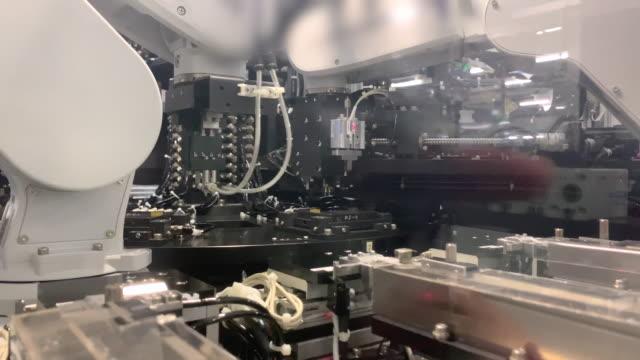 stockvideo's en b-roll-footage met industrie robots - medicijnflesje