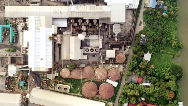 vídeos de stock e filmes b-roll de industry sugarcane processing factory with storage tank and emission smoke from chimneys - cano