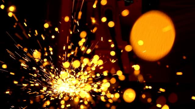 照明火花を備えた金属粉砕機による鋼管切断業界労働者 - 溶接する点の映像素材/bロール