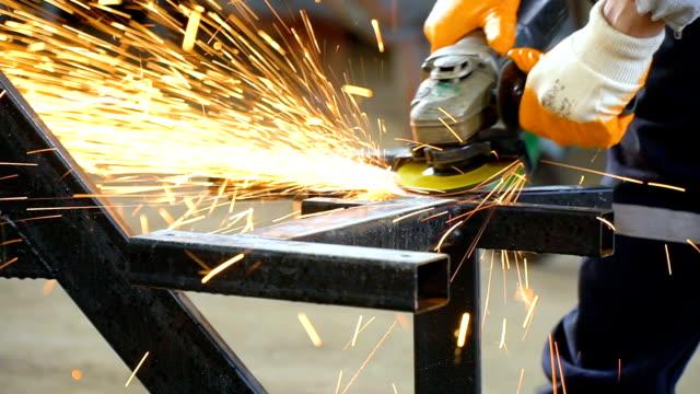 industriearbeiter arbeiten mit metallschleifer - arbeitssicherheit stock-videos und b-roll-filmmaterial