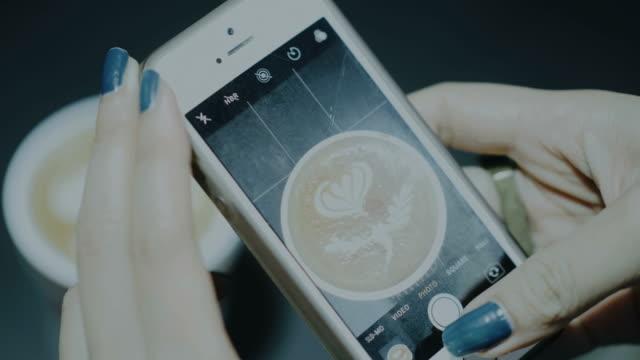indy frauenhand während snap bild kaffee mit ihrem blauen nagel - zuschnappen stock-videos und b-roll-filmmaterial