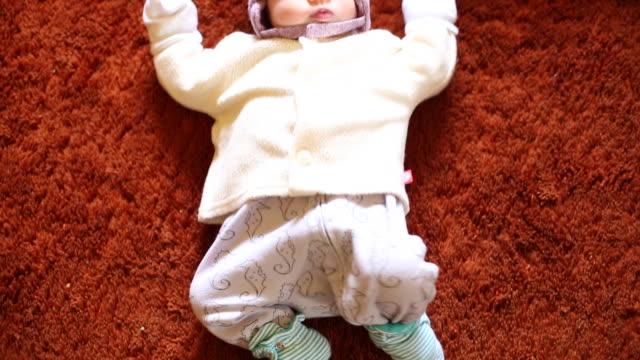 a infant baby lying on top of a carpet inside - endast en pojkbaby bildbanksvideor och videomaterial från bakom kulisserna