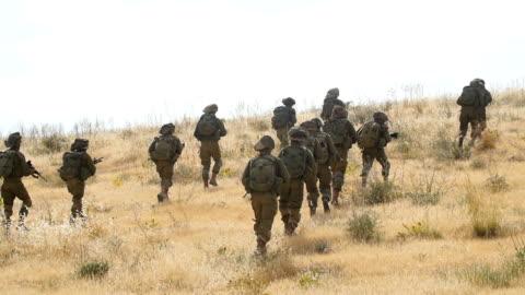 stockvideo's en b-roll-footage met infantry brigade army soldiers in training, israel idf / slow motion - israël