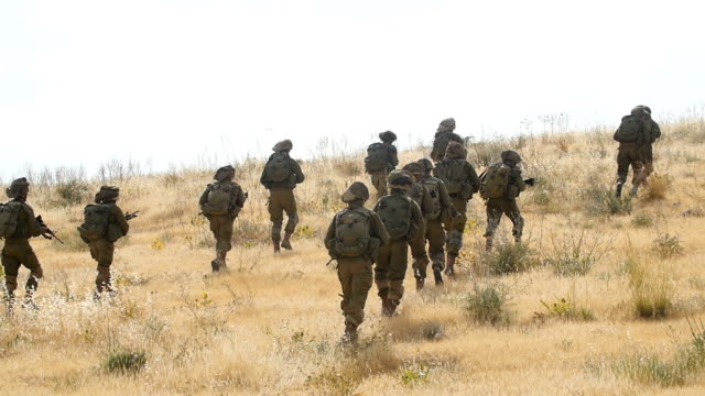 stockvideo's en b-roll-footage met infantry brigade army soldiers in training, israel idf / slow motion - israëlisch leger