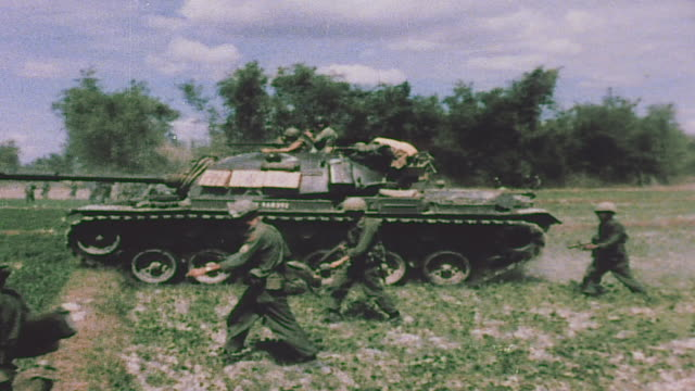 vidéos et rushes de infantry running across open field, soldier wearing bandolier of m60 ammunition, infantry with m48 patton tank, helicopter landing, artillery firing,... - soldat
