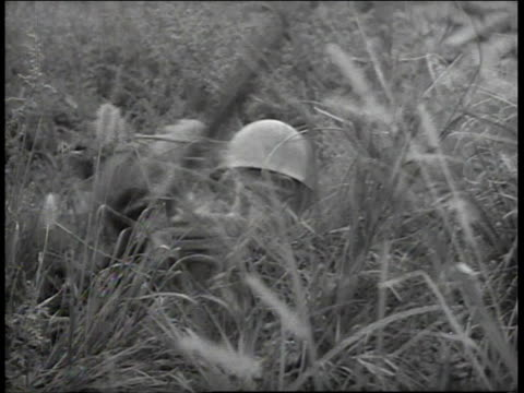 vídeos y material grabado en eventos de stock de infantry soldier creeping through long grass, aiming his rifle, and shooting / china - infantería
