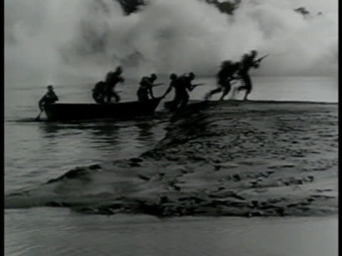 vídeos de stock e filmes b-roll de infantry soldiers 'dough boys' in silhouette landing boat on beach w/ smoke screen bg soldiers running through frame fg wwi - 1919