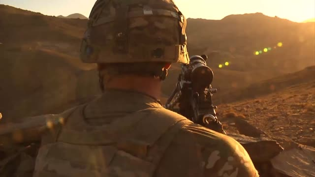 vidéos et rushes de infantry soldiers from forward operating base airborne set up a new observation post on the ridge of a mountain to scan for enemy activity. - chaîne de montagnes