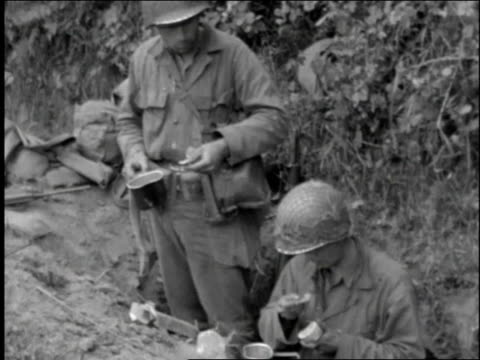 vídeos y material grabado en eventos de stock de montage infantrymen out in the field drinking and eating / normandy france - infantería