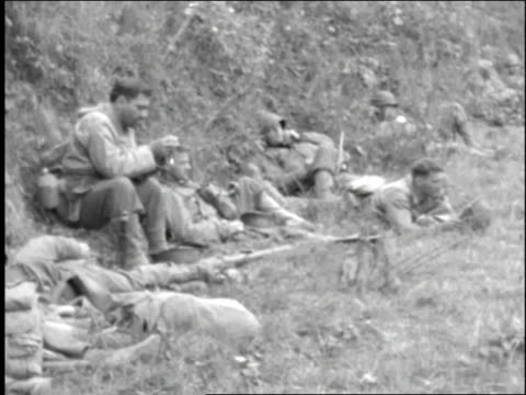 vídeos y material grabado en eventos de stock de infantrymen relaxing in a field, gear around them / normandy, france - infantería