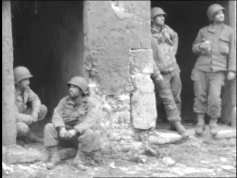 vídeos y material grabado en eventos de stock de infantrymen relaxing outside of a building / normandy, france - infantería