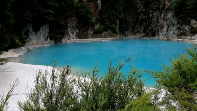 vidéos et rushes de inferno cratère du parc géothermal de waimangu, nouvelle-zélande - valley