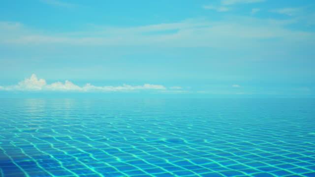 vídeos de stock, filmes e b-roll de borda infinita piscina de superfície e azul céu - lago infinito