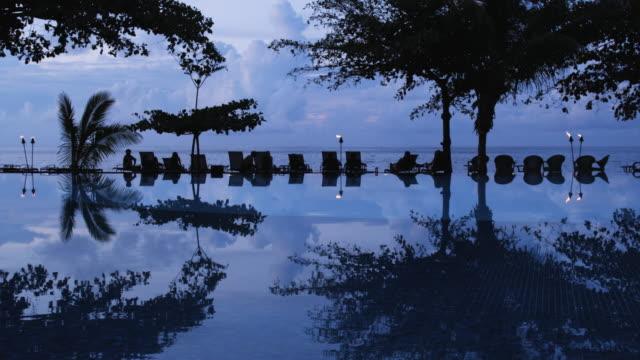 stockvideo's en b-roll-footage met infinity pool at a tropical resort - tiki torch