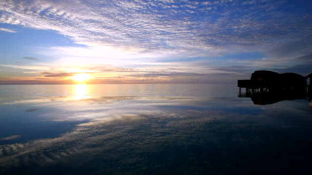 infinity pool at sunset, maldives  - インフィニティプール点の映像素材/bロール