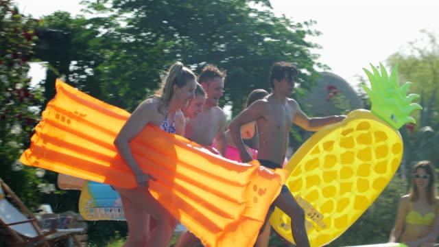 stockvideo's en b-roll-footage met opblaasbare fun op pool party - poolparty