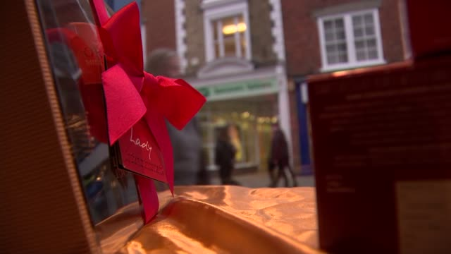 vidéos et rushes de inflation at highest level since 2014 inflation at highest level since 2014 chichester sign for chocolate on display in shop bow on box of luxury... - bow window