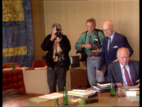 vídeos de stock e filmes b-roll de july figure falls to 5.5%; germany tms bundesbank meeting ) tx 15.8.91 helmut schlesinger ) itn along at meeting r-l and sits ) ext england... - 12 15 meses