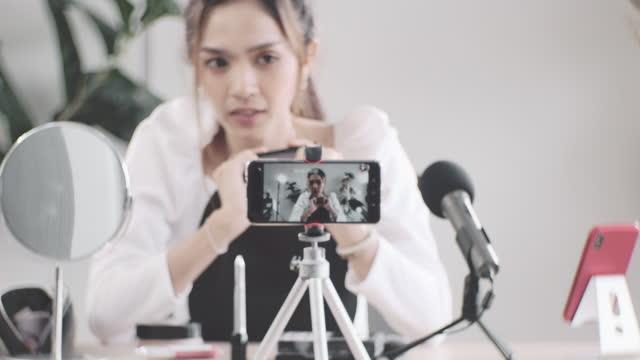 stockvideo's en b-roll-footage met influencer on social media - media interview