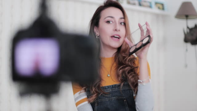 vídeos de stock, filmes e b-roll de influencer recording make up tutorial video at home - tutorial