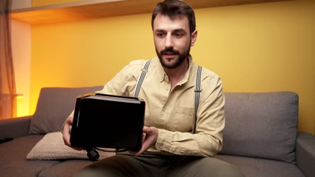 influencer delar intryck om produkten - följa rörlig aktivitet bildbanksvideor och videomaterial från bakom kulisserna