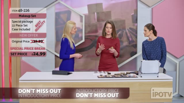 英国のインフォマーシャルモンタージュ: 女性のインフォマーシャルはメイクアップブラシを提示メイクアップアーティストと話してホストを示します - フェイスブラシ点の映像素材/bロール
