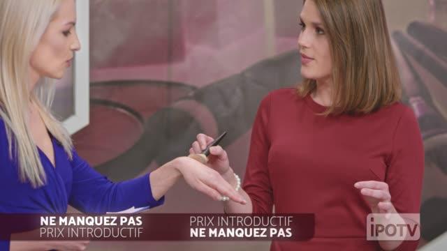 フランス語でインフォマーシャルモンタージュ: 女性インフォマーシャルはメイクアップブラシを提示するメイクアップアーティストと話してホストを示します - フェイスブラシ点の映像素材/bロール
