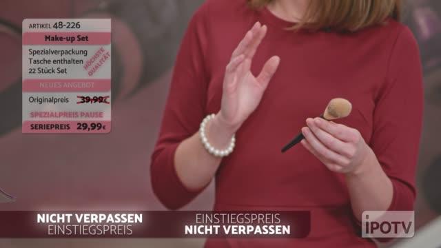 infomercial montage auf deutsch: weibliche infomercial show-moderatorin im gespräch mit der make-up-künstlerin, die die make-up-pinsel präsentiert - fernsehwerbung stock-videos und b-roll-filmmaterial