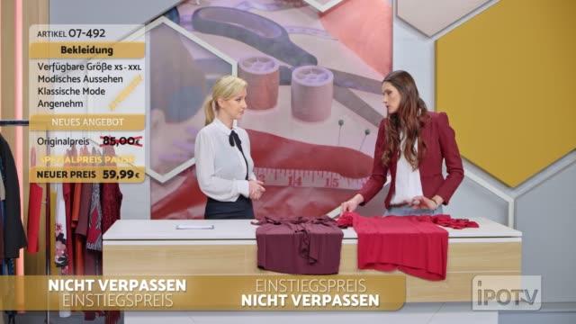 infomercial montage auf deutsch: weiblicher stylist auf einer tv-show im gespräch mit der gastgeberin über die entwürfe der kleider auf dem tisch - moderator stock-videos und b-roll-filmmaterial