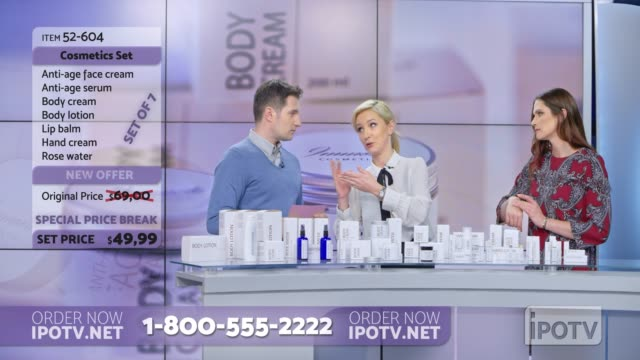 US infopublicité montage: femme présentant une ligne cosmétique sur un spectacle d'infopublicité frotter de la crème sur le modèle féminin tout en parlant à l'hôte mâle et en expliquant le produit