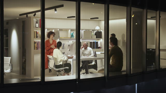 Encontro Informal de Profissionais de Design no Escritório à Noite