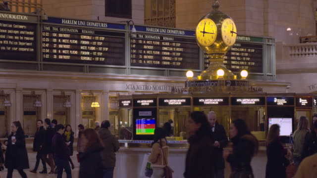 information booth in the main concourse at grand central terminal in manhattan - 発着案内板点の映像素材/bロール