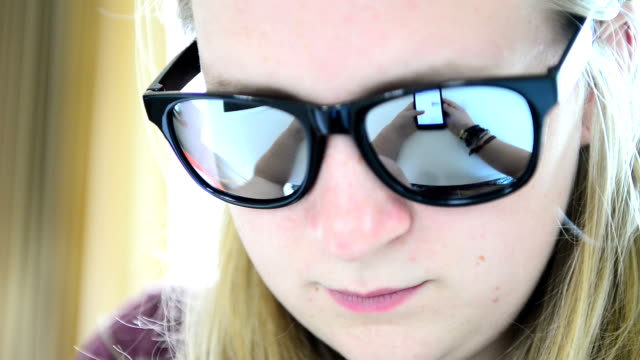 stockvideo's en b-roll-footage met information watching screen on glasses - poreus