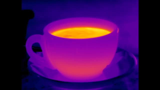 vídeos de stock e filmes b-roll de infrared video of hot tea from a teapot and cold milk from a jug being poured into a cup - chávena de chá