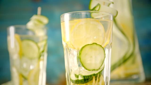 Geïnfundeerd Water met verse komkommer en citroen