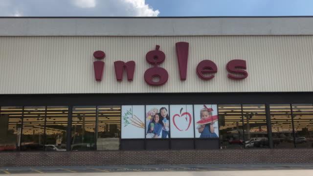 vídeos de stock e filmes b-roll de ingles markets, inc. is an american regional supermarket chain based in black mountain, north carolina. as of january 2018, the company operates 212... - cadeia de lojas