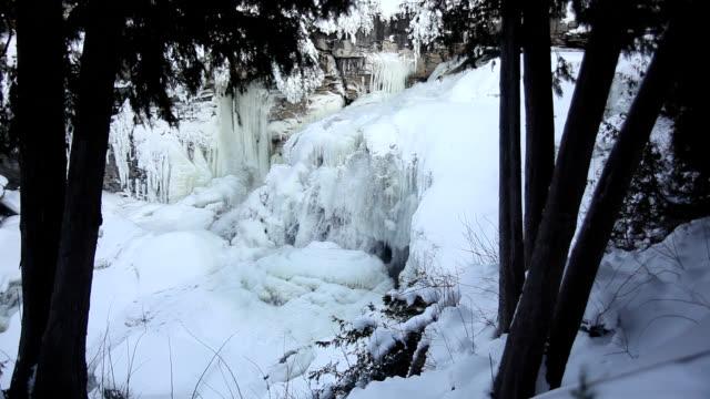 inglis falls in winter - niagarafälle stock-videos und b-roll-filmmaterial