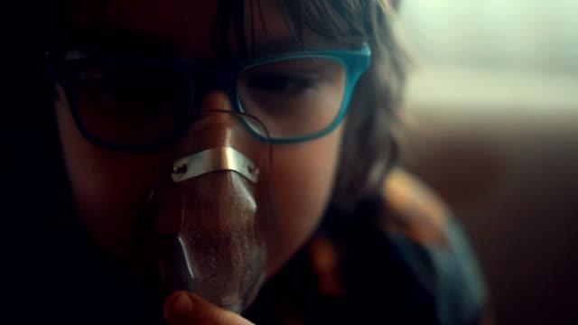 vídeos de stock, filmes e b-roll de inalador - bronquite