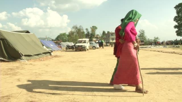 vídeos y material grabado en eventos de stock de injured people walk outside of a field hospital in chautara a major earthquake hit kathmandu midday on saturday april 25th and was followed by... - alivio