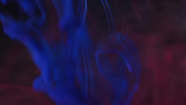 vídeos y material grabado en eventos de stock de tinta colores cayó en el agua negro fondo - acrílico