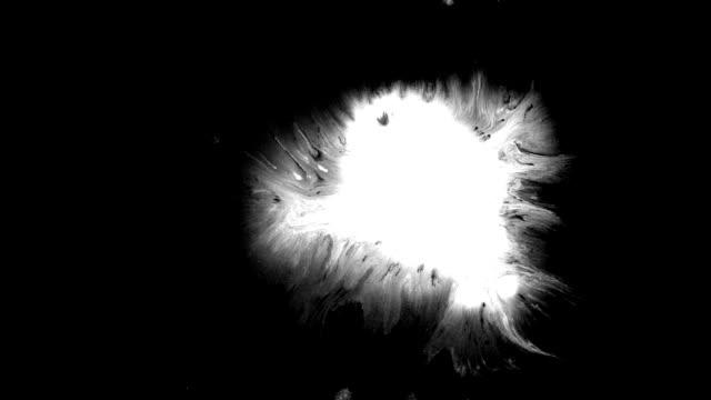 vidéos et rushes de goutte d'encre dans la éclaboussure - touche de couleur