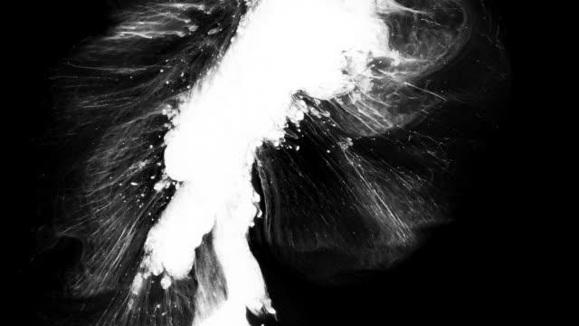 水中のインクは抽象的な形と形で膨張する - アクリル画点の映像素材/bロール