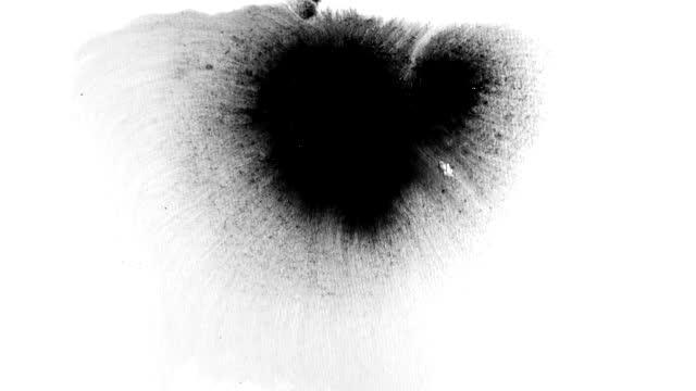 vidéos et rushes de l'abstrait d'éclaboussure d'encre couvre l'écran dans l'effet de rorschach de bandes noires de grain de grain grunge et de film - mouillé