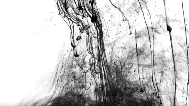 vidéos et rushes de flotteur de flux d'encre dans l'eau - étaler