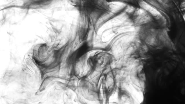 vídeos de stock e filmes b-roll de ink swirl slowly whirl in water. - cor isolada