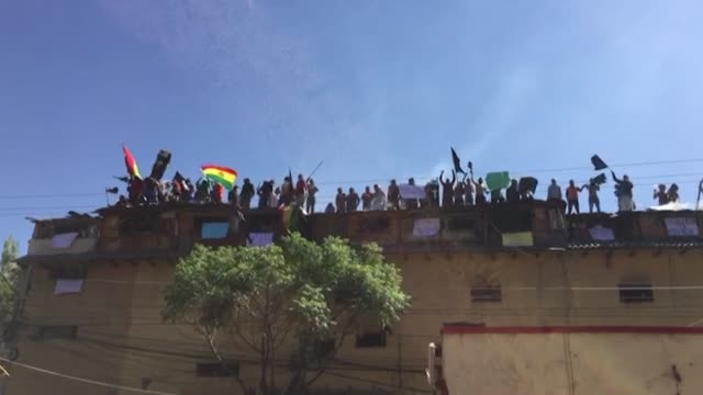 vídeos de stock e filmes b-roll de inmates at bolivia's san sebastian prison in the western city of cochabamba protest over coronavirus safety measures and call on authorities to... - rapid city